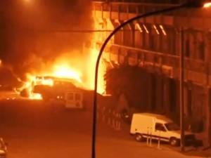 Veículos em chamas do lado de fora do hotel Splendid, que foi alvo de ataque terrorista em Ouagadougou, capital de Burkina Faso (Foto: REUTERS/Reuters TV TPX)