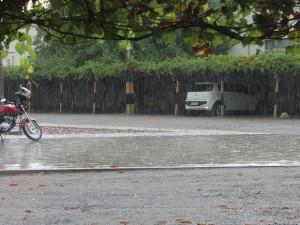 A tarde da sexta-feira (25) foi de chuva em Petrolina, no Sertão de PE (Foto: Taisa Alencar / G1)