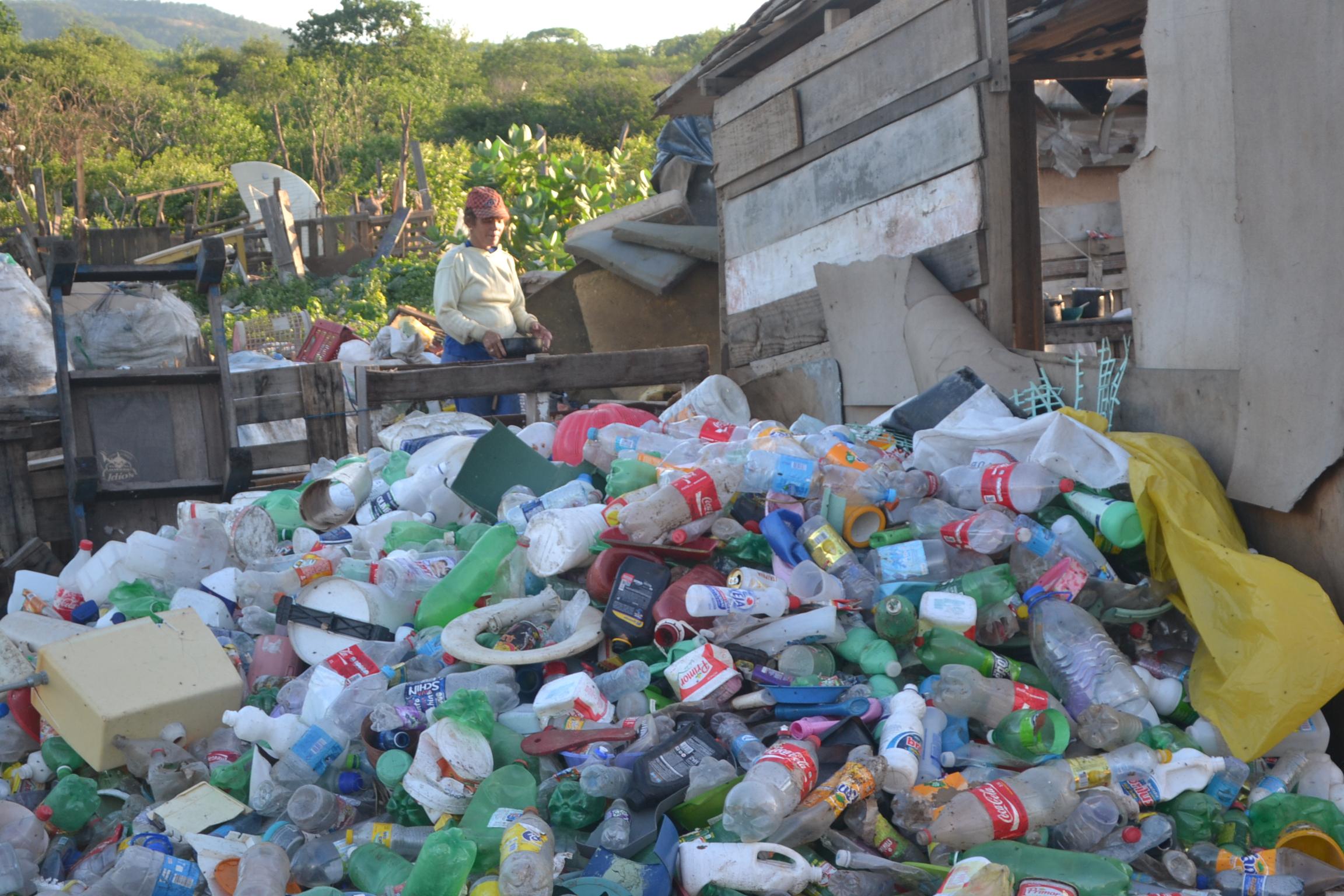 Marcionilia Custodio de Lima, 38 anos, faz a comida da familia em meio aos entulhos de lixo